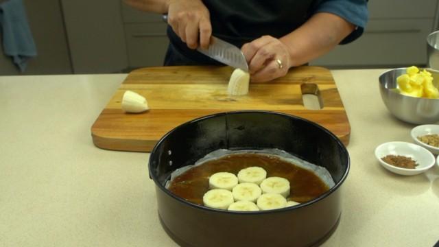 Prepare the bananas for caramelized banana cake