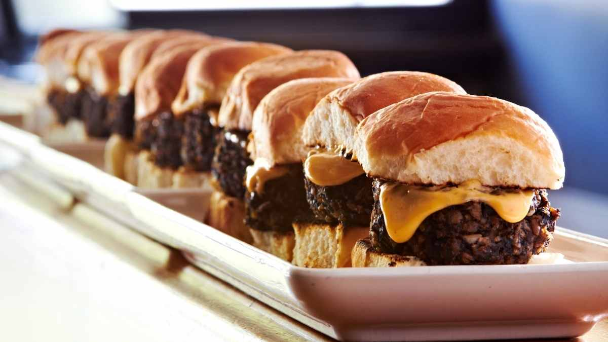 How Many Sliders Per Person For A Crowd