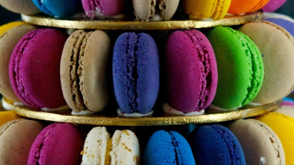 How many macarons per person for 50 people